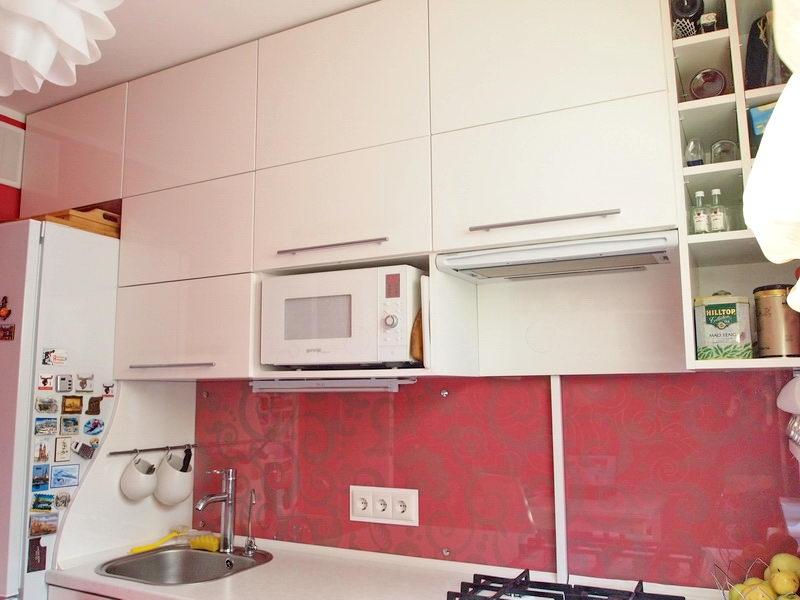 Фото дизайна кухни 7 кв.м с нишей в панельном доме с холодильником