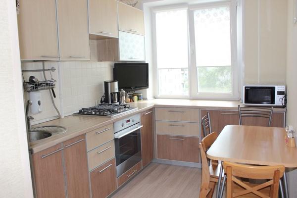 Фото дизайн кухни 7 квм с холодильником в панельном доме