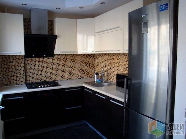 Кухня с холодильником на входе