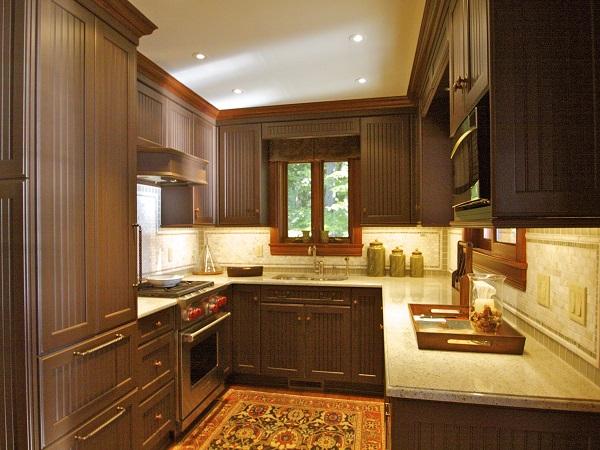 Классика: деревянные фасады кухонного гарнитура коричневого цвета