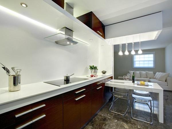 Благородный интерьер: кухня цвета черного коые на фоне белых стен