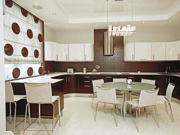Вкусное сочетание шоколадного и ванильного цветов в интерьере кухни