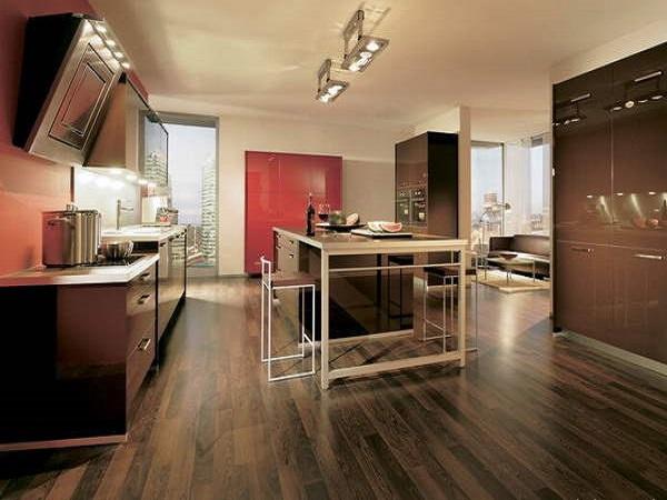 Красный глянцевый шкаф подчеркивает благородство темно-шоколадного интерьера кухни