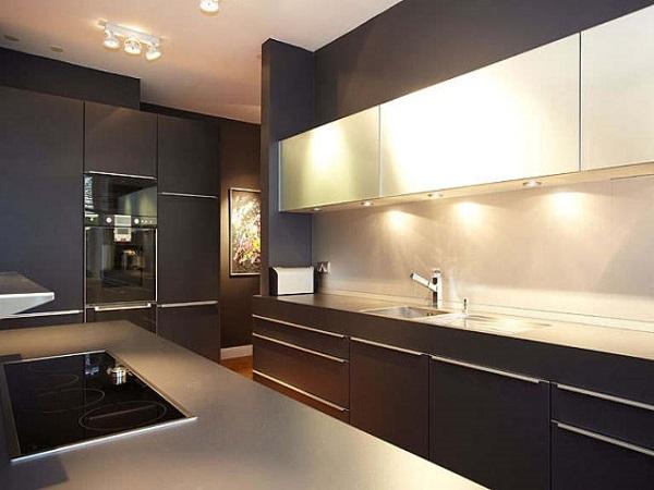 Стиль хай-тек: строгие формы фасадов темно-коричневого цвета в сочетании с длинными хромированными ручками