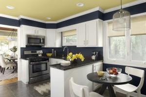 контрастный потолок на кухне