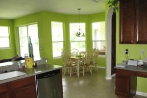 светлый потолок на кухне