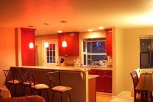 однотонный потолок на кухне
