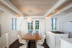 одноцветный потолок на кухне