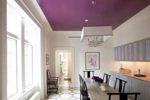 яркий потолок на кухне
