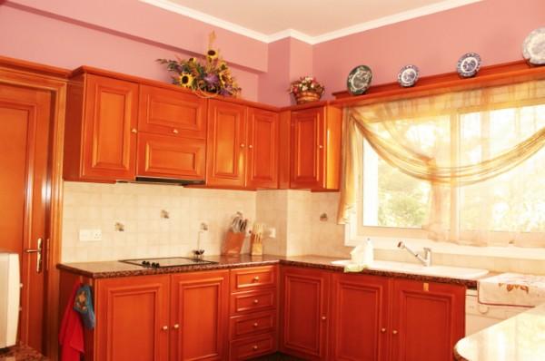 светлыешторы для оранжевой кухни