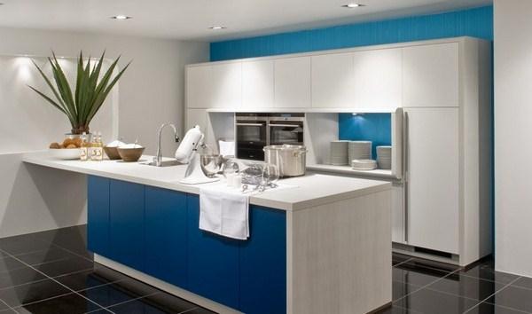 Синие обои на кухне.