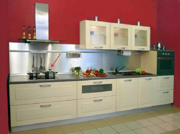 Кухонный гарнитур со встроенной плитой: варочная панель и духовка расположены отдельно друг от друга.