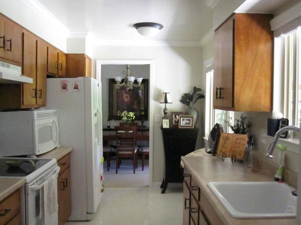 Светлый пол в интерьере гостиной, спальни, кухни и прихожей.