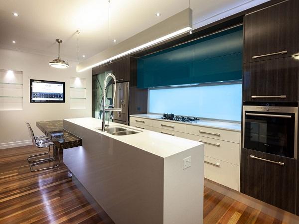 телевизор на кухню на стену