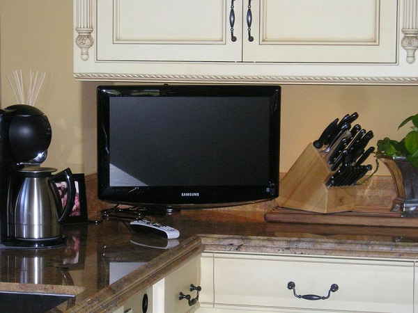 куда на кухне поставить телевизор