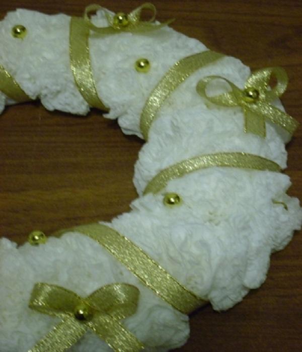 Украшаем рождественский венок лентами и бантиками