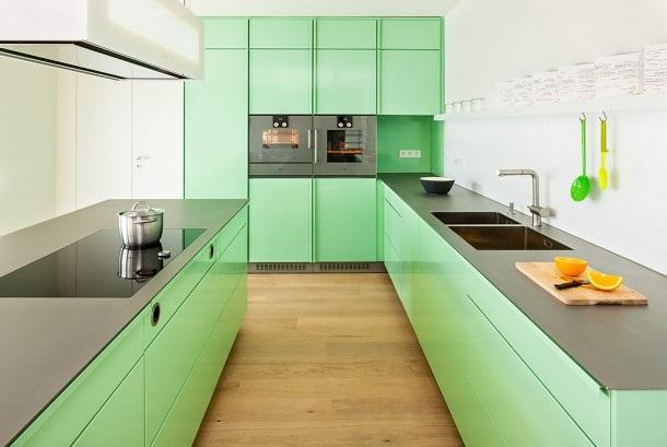 Техника и столешница из нержавейки на светло-зеленой кухне