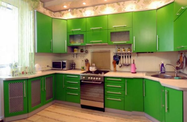 Фасады кухонного гарнитура и легкие шторы - зеленые