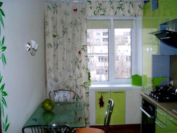 Белые с зеленым легкие кухонные занавески
