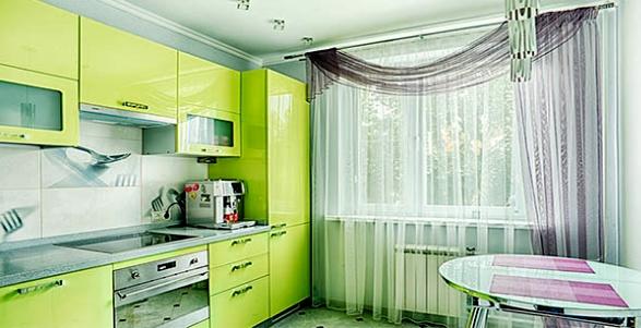 Бело-серые шторы на зеленой кухне
