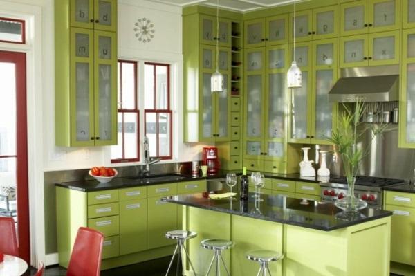 Ярко-красные акценты на зеленой кухне
