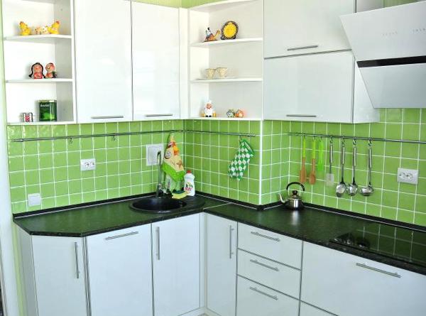 Дизайн кухни с вентиляционным коробом при входе